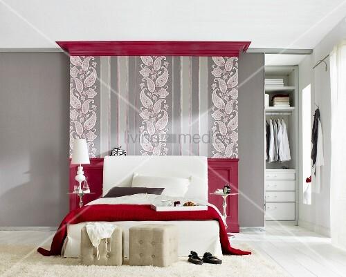 schlafzimmer in grau und rot tapete mit paisleymuster und streifen hinter dem bett bild. Black Bedroom Furniture Sets. Home Design Ideas