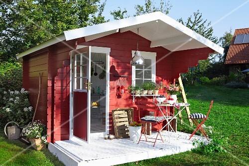Skandinavische Gartenhäuser rotes gartenhaus aus holz im skandinavischen stil bild kaufen