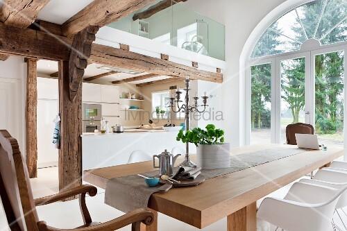 offener wohnraum mit holzbalkendecke k che essbereich galerie bild kaufen living4media. Black Bedroom Furniture Sets. Home Design Ideas