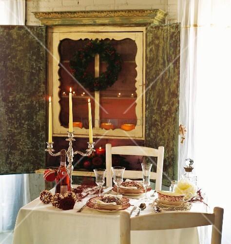 gedeckter tisch mit weihnachtsdeko bild kaufen living4media. Black Bedroom Furniture Sets. Home Design Ideas