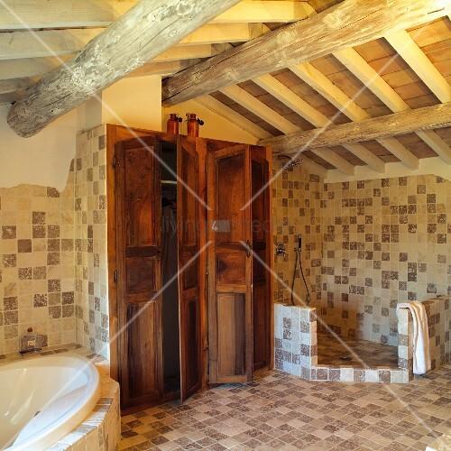 Grosses, mediterranes Badezimmer mit Stauraum in Einbauschränken und ...