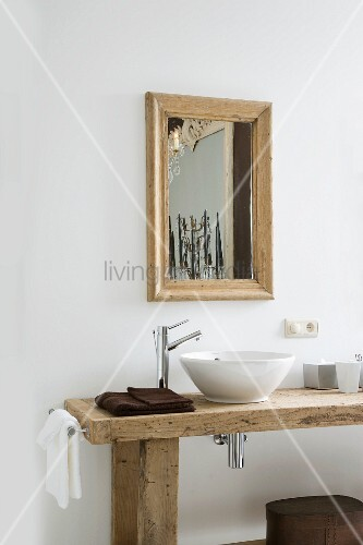Rustikaler waschtisch mit waschsch ssel auf holzplatte und designer armatur vor wand mit - Rustikaler spiegel ...
