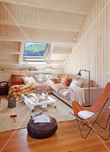 butterfly sessel mit lederbezug im loungebereich mit polstersofa bereck unter holzverkleideter. Black Bedroom Furniture Sets. Home Design Ideas