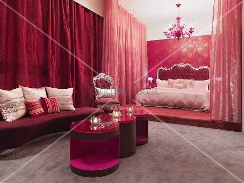 neobarocker schlafraum in rot mit modernen beistelltischen vor bett auf podest und geschlossenen. Black Bedroom Furniture Sets. Home Design Ideas
