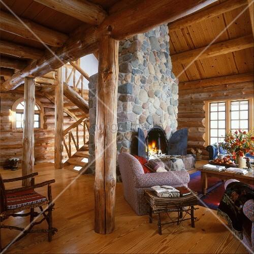 offener kamin aus natursteinen mit brennendem feuer in einem rustikalen holzhaus bild kaufen. Black Bedroom Furniture Sets. Home Design Ideas