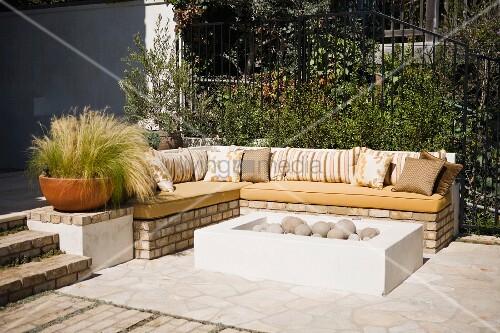 weisse feuerwanne mit kugelsteinen und gemauerte eckbank. Black Bedroom Furniture Sets. Home Design Ideas
