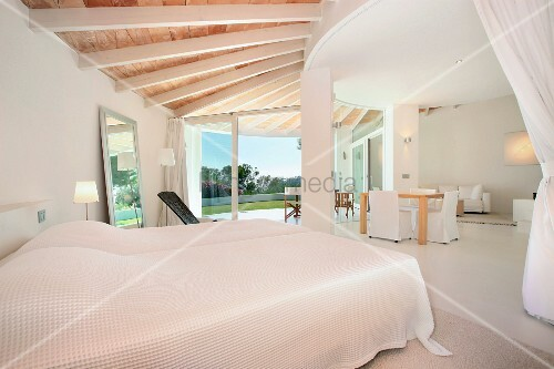 Modernes Schlafzimmer In Weiss Mit Holzbalkendecke