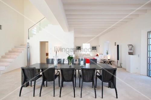 esstisch und st hle aus grau gebeiztem holz in offenem wohnraum eines mediterranen landhauses. Black Bedroom Furniture Sets. Home Design Ideas