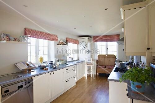 langgestreckte moderne landhausk che mit alter holzbank im hintergrund und rotweiss gestreiften. Black Bedroom Furniture Sets. Home Design Ideas