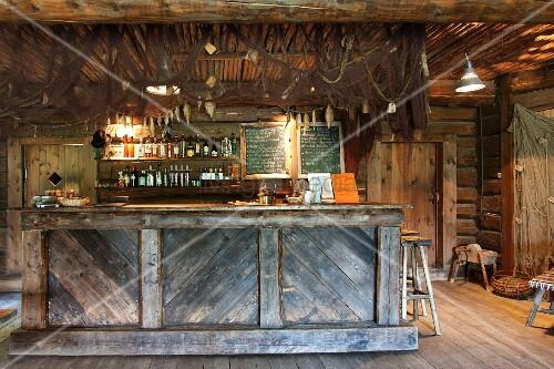 Eine rustikale bar in einer holzh tte bild kaufen living4media - Holzwand rustikal ...