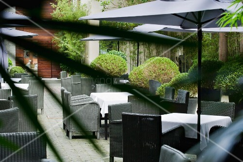 steinterrasse im innenhof eines restaurants bild kaufen. Black Bedroom Furniture Sets. Home Design Ideas