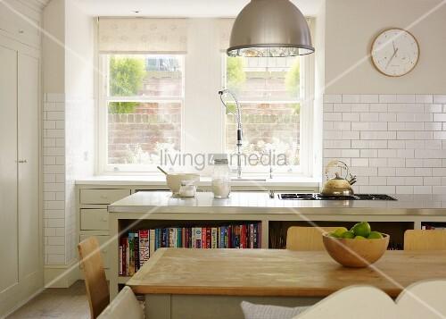 landhaus charme schlichter esstisch vor k cheninsel mit kochfeld und k chenzeile am fenster. Black Bedroom Furniture Sets. Home Design Ideas