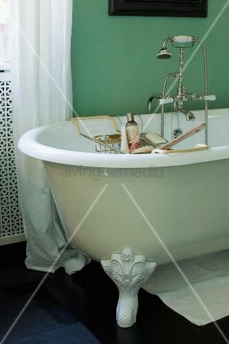 badezimmer mit freistehender badewanne und gr ner wand bild kaufen living4media. Black Bedroom Furniture Sets. Home Design Ideas