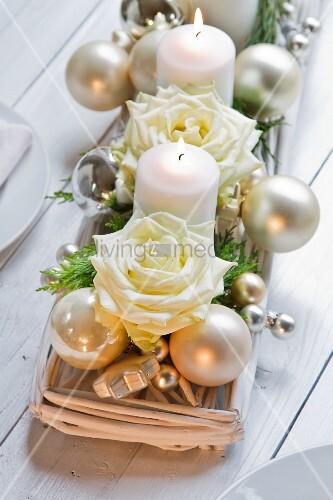 adventsgesteck mit weissen kerzen und rosen bild kaufen living4media. Black Bedroom Furniture Sets. Home Design Ideas