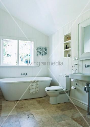 helles ger umiges badezimmer unter der dachschr ge mit moderner badewanne steinfliesen und. Black Bedroom Furniture Sets. Home Design Ideas