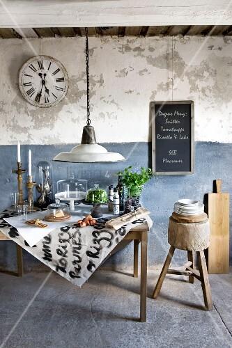 vintage tisch mit lebensmitteln und k chenutensilien unter glasglocken dahinter eine rustikale. Black Bedroom Furniture Sets. Home Design Ideas