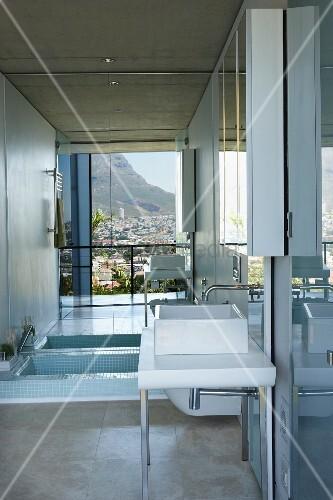 Badezimmer Mit Eingelassener Badewanne Vor Grosser Spiegelwand Im
