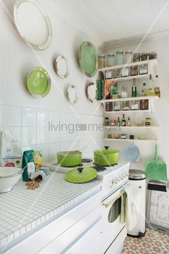 sonnige k che mit retro herd und keramiktellersammlung in weiss und gr n an der wand bild. Black Bedroom Furniture Sets. Home Design Ideas