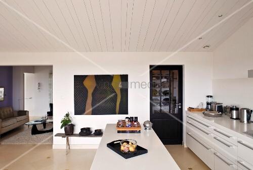 Moderne Küche mit Mittelblock in Weiss unter Holzdecke in schlichtem ...