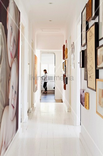 weisser dielenboden in schmalem gang mit grossformatigem bild und gerahmten bildern an wand im. Black Bedroom Furniture Sets. Home Design Ideas