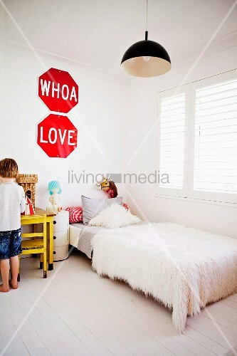 weisses kinderzimmer bett mit flokati bild kaufen 11130161 living4media. Black Bedroom Furniture Sets. Home Design Ideas