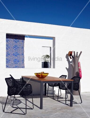 moderner terrassensitzplatz vor wei er wand mit rechteckigem ausschnitt bild kaufen living4media. Black Bedroom Furniture Sets. Home Design Ideas