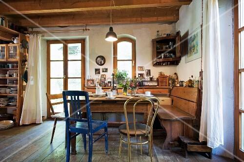 Ländliche Küche Mit Holzdecke Esstisch … – Bild Kaufen