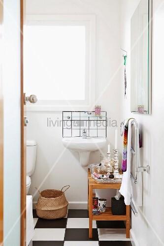 Einblick in kleines Badezimmer mit ... – Bild kaufen – 11139733 ...