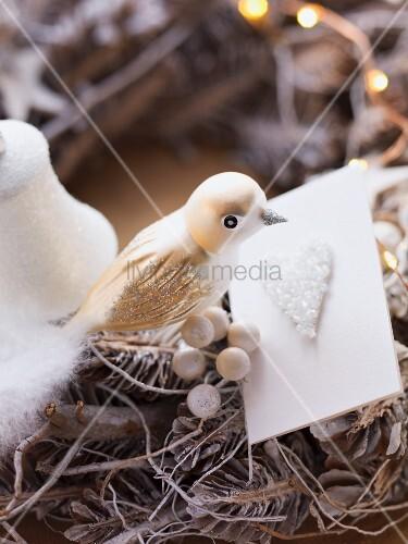 Adventskranz mit Vogelfigur