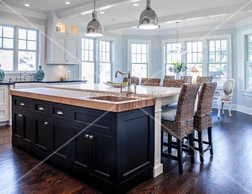 Large Open Kitchen with a Big Bay Window – Bild kaufen – living4media