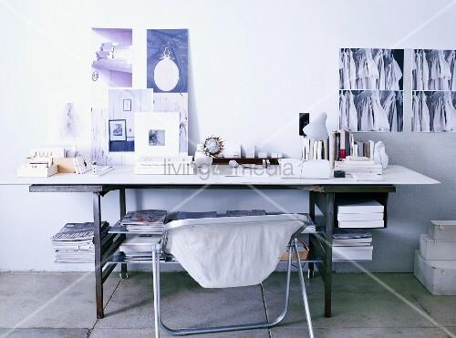 fahles licht ber k nstlerschreibtisch weisse platte auf schlossergestell und. Black Bedroom Furniture Sets. Home Design Ideas