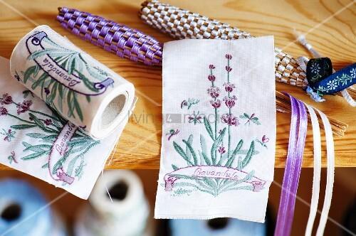 Lavendelstäbchen und Stoffband mit Lavendelstickerei