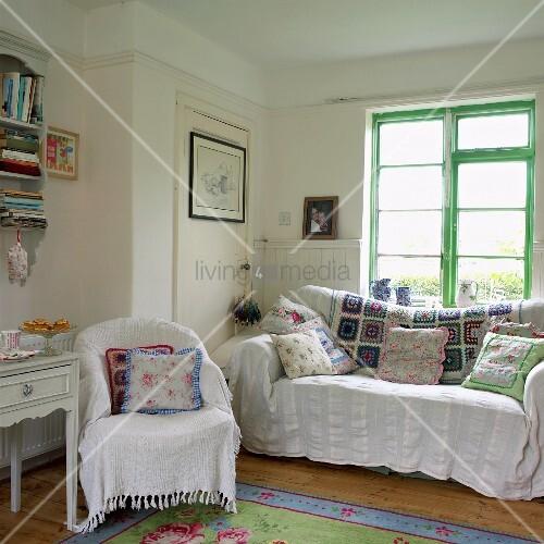 wohnzimmer im landhausstil mit weissen decken patchwork und gebl mten kissen auf sessel und. Black Bedroom Furniture Sets. Home Design Ideas