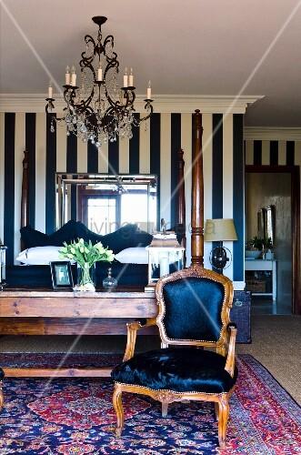 rokoko stuhl mit blauem samtbezug auf bild kaufen. Black Bedroom Furniture Sets. Home Design Ideas