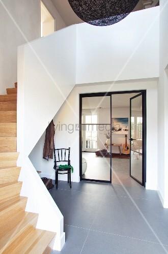 offenes modernes treppenhaus mit holztreppe und grauem steinboden im foyer offene glast r und. Black Bedroom Furniture Sets. Home Design Ideas