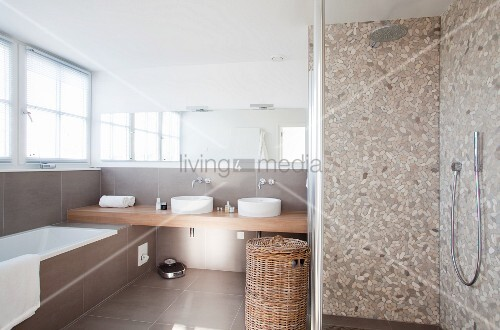 Moderner Waschtisch dusche mit fliesen im terrazzo look und moderner waschtisch im