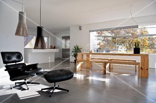 klassiker sessel mit schwarzem lederbezug und passendem fussschemel vor moderner. Black Bedroom Furniture Sets. Home Design Ideas
