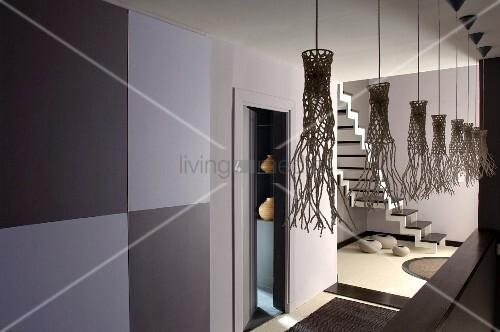 K nstlerisch gestaltete schirme von h ngeleuchten in grau for Treppenhaus grau