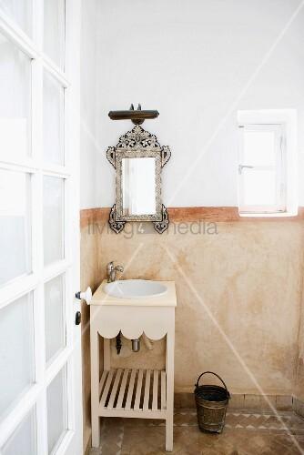 marokkanisches bad in sanften erdt nen mit verziertem spiegel holz waschtisch marmoriertem. Black Bedroom Furniture Sets. Home Design Ideas