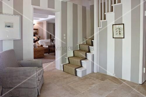 wandgestaltung mit blockstreifen und natursteinfliesen in klassischer diele mit treppenaufgang. Black Bedroom Furniture Sets. Home Design Ideas