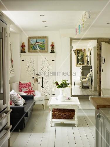 Sofaecke in einer geräumigen Küche mit Ausblick in das Wohnzimmer