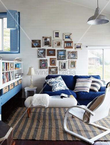 Fröhliches Wohnzimmer in Blau und Weiss unter der Dachschräge; über ...