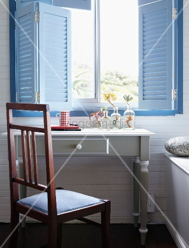 pastellblaue fensterl den und darunter stehender weisser vintage tisch mit sukkulenten in. Black Bedroom Furniture Sets. Home Design Ideas