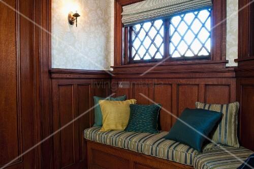 kissen auf eingebaute holzbank an holzvert felter wand unter dem fenster bild kaufen. Black Bedroom Furniture Sets. Home Design Ideas
