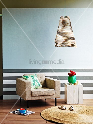 Schwerelose Drahtlampe vor heller Wand und Sockel mit