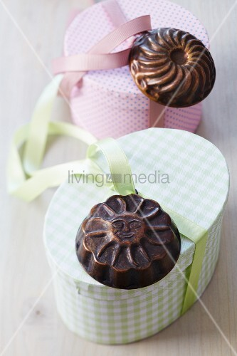 Gift boxes decorated with small cake moulds