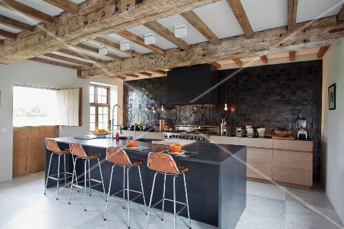 Weiträumige, moderne Küche mit Frühstückstheke unter der renovierten ...