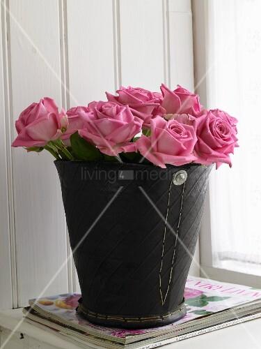 Rosa Rosen in einem Eimer