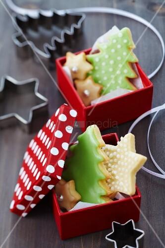 Geschenkkartons mit Weihnachtsplätzchen