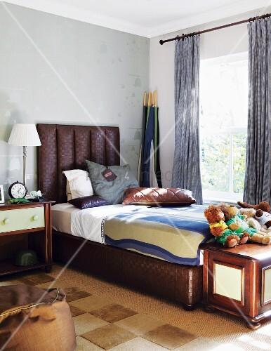 elegantes herrenschlafzimmer mit braunem bett mit. Black Bedroom Furniture Sets. Home Design Ideas